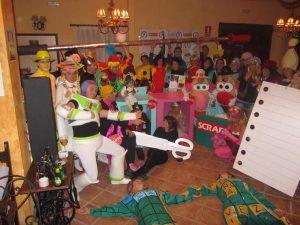 Fiesta de disfraces temática de un grupo en el hotel