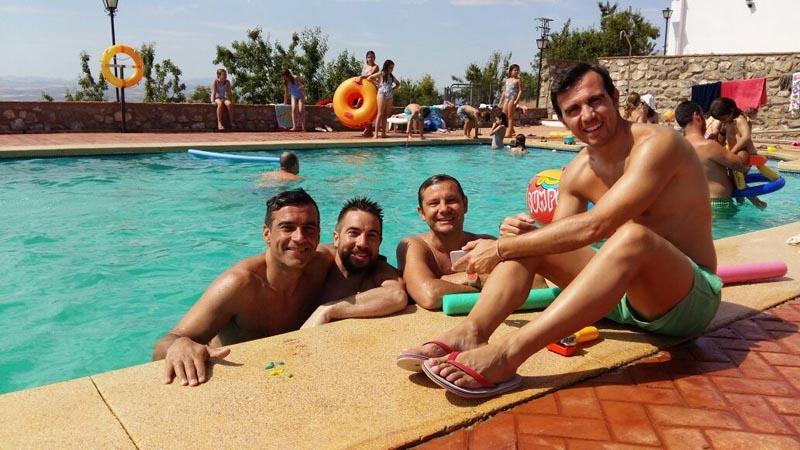 Amigos disfrutando en la piscina del hotel