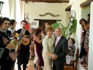 Aniversario de bodas, novios bailando en el patio del hotel