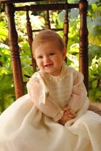 Niña vestida para bautizo