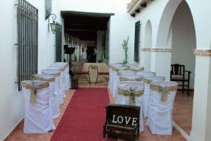 Galería del patio del hotel preparada para una boda