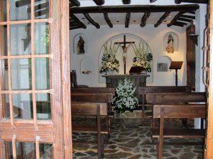 Vista de la capilla desde el patio exterior