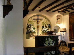 Capilla adornada con flores e iluminada lista para cualquier celebración.