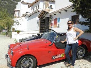 Ángela, directora del hotel Huerta Nazarí posando junto a un coche