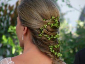 Detalle de tocado en el peinado de una novia