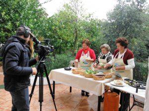 Tres vecinas de Illora cuentan a la cámara como se cocina la receta de la sobrehúsa, plato típico del municipio.