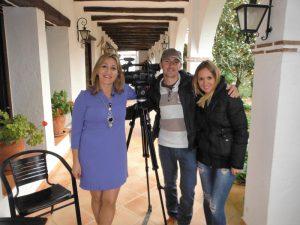 La directora del hotel, Ángela Jiménez Egea, posa junto a los redactores y cámaras del programa Este es mi Pueblo, de Canal Sur Andalucía.