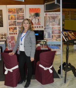 La directora del hotel, Ángela Jiménez Egea, posa delante del stand de la feria EXPOBODA que el periódico IDEAL organiza cada año en el Palacio de Exposiciones y Congresos de Granada.