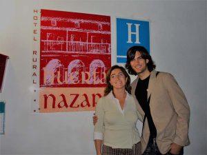 Fran Dieli posando con la directora del hotel en Huerta Nazarí