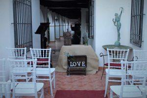 Galería preparada para la celebración de una boda civil