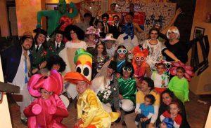 Grupo de amigos haciendo una fiesta de disfraces en el hotel