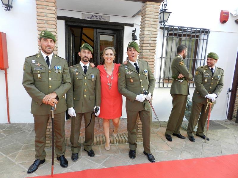 Ángela, la directora del hotel posando con guardias civiles vestidos de gala