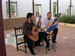 Dueto de guitarras amenizando una celebración de bodas en el patio de hotel huerta nazarí