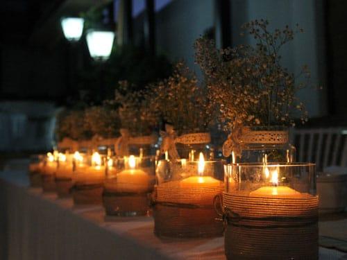 Mesa de celebraciones adornada con velas en la noche