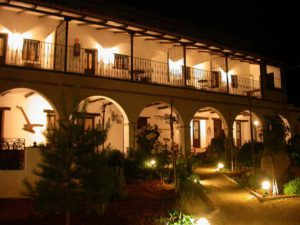 Patio del hotel porticado visto por la noche.