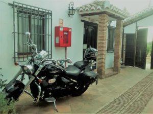 Moto aparcada en la recepción del hotel
