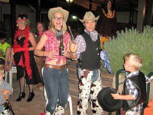 Gente disfrazada de vaqueros