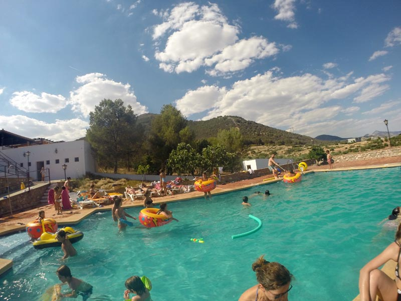 Gente disfrutando en la piscina del hotel Huerta Nazarí
