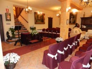 Salón del hotel preparado para la celebración de una boda
