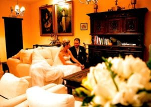 Novios sentados en los sofás del salón del hotel