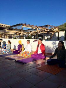 Relajación en el patio del Hotel Rural Huerta Nazarí (grupo haciendo yoga)