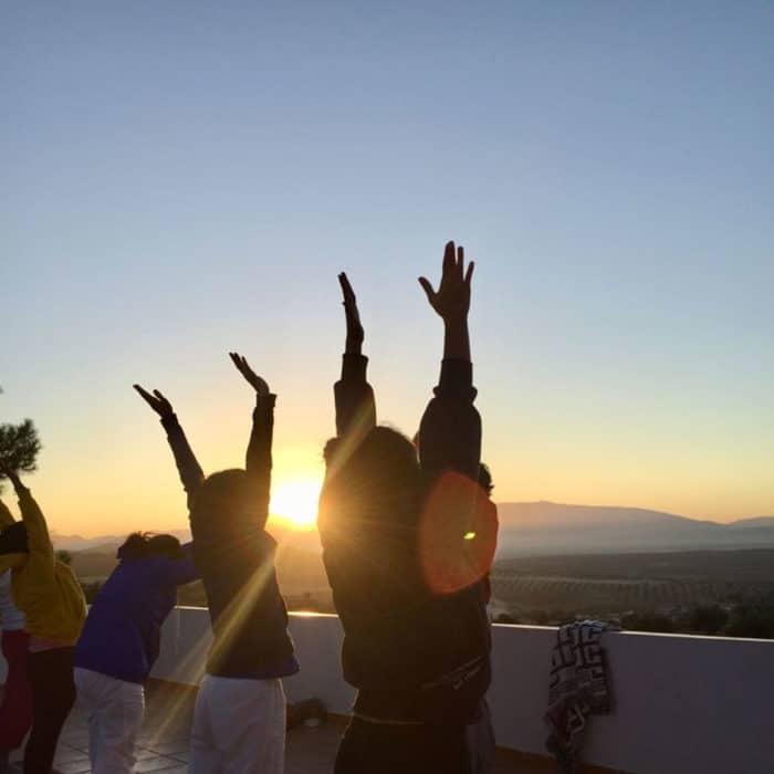 Hacer yoga al amanecer en la terraza de la piscina del Hotel Huerta Nazarí.